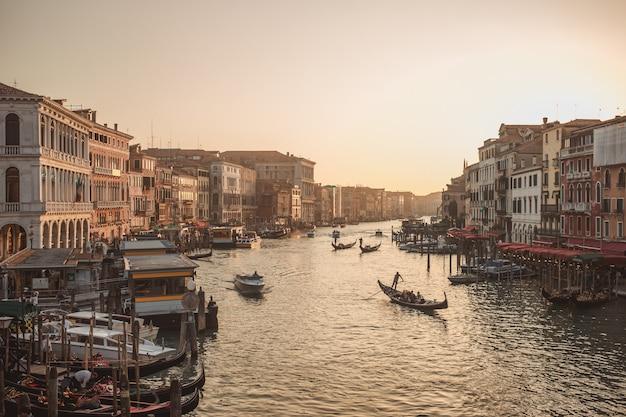 Berühmter canal grande von der rialto brücke an der goldenen stunde, venedig, italien Premium Fotos
