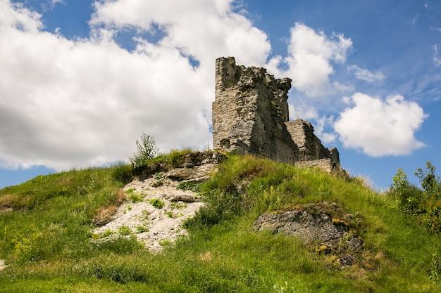 Berühmter ukrainischer markstein: szenische sommeransicht der ruinen des alten schlosses in kremenets, ternopil-region, ukraine Premium Fotos
