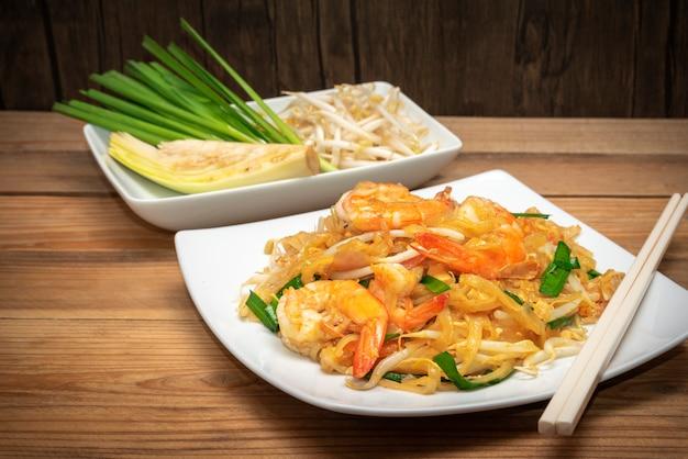 Berühmtes thailändisches lebensmittel nannte die auflage, die auf weißer platte thailändisch ist Premium Fotos