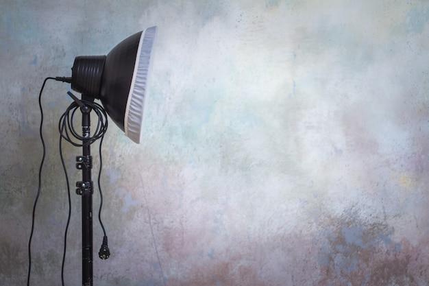 Berufsbeleuchtungausrüstung im fotostudio auf dem ursprünglichen grauen hintergrund Premium Fotos