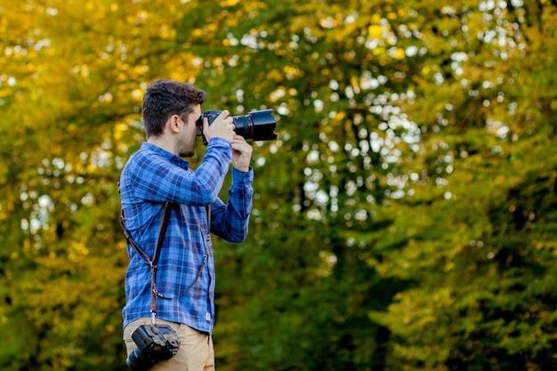Berufsfotograf in der aktion mit zwei kameras auf schultergurten Premium Fotos
