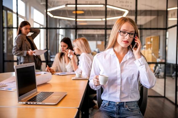 Berufsfrauen, die zusammenarbeiten Kostenlose Fotos