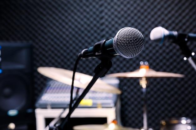 Berufskondensator-studiomikrofon, musikalisches konzept. aufnahme, selektives fokusmikrofon im radiostudio, selektives fokusmikrofon und unschärfemusikgitarre, Premium Fotos