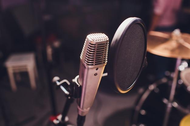 Berufskondensator-studiomikrofon, musikalisches konzept. aufzeichnung. Premium Fotos