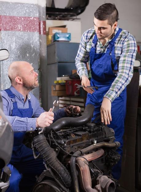 Berufsmechaniker, die auto reparieren Premium Fotos