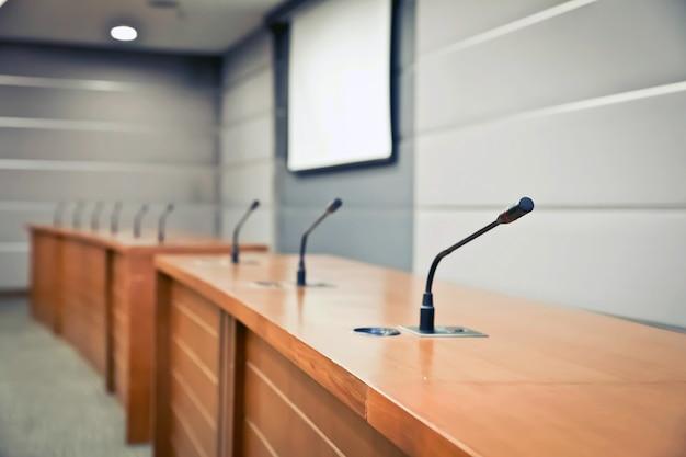 Berufssitzungsmikrofon auf dem tisch. Premium Fotos