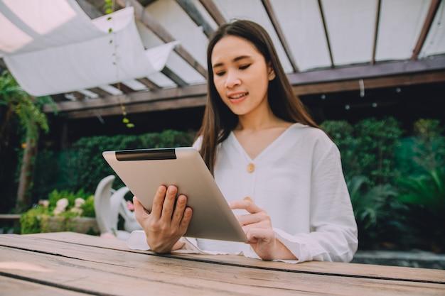 Berufstätige frauen bleiben zu hause, nutzen die tablet-arbeit zu hause und treffen sich online über das internet mit dem team, wfh-konzept Premium Fotos