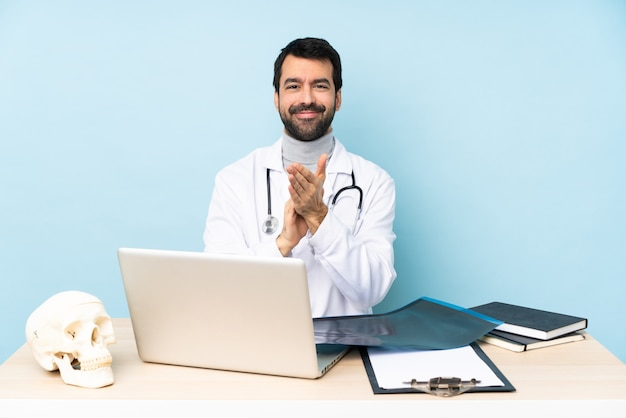 Berufstraumatologe am arbeitsplatz, der nach darstellung in einer konferenz applaudiert Premium Fotos