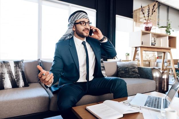 Beschäftigter arabischer geschäftsmann, der am telefon spricht Premium Fotos