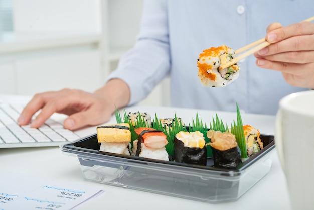 Beschäftigter büroangestellter, der snack nimmt Kostenlose Fotos