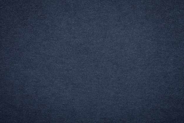 Beschaffenheit des alten marineblaupapiers, nahaufnahme. struktur der dichten dunklen denimpappe Premium Fotos