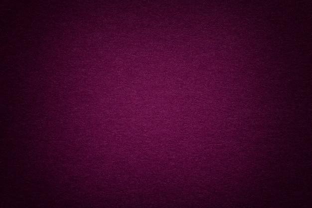 Beschaffenheit des alten purpurroten papierhintergrundes, nahaufnahme. struktur aus dichter pappe. Premium Fotos