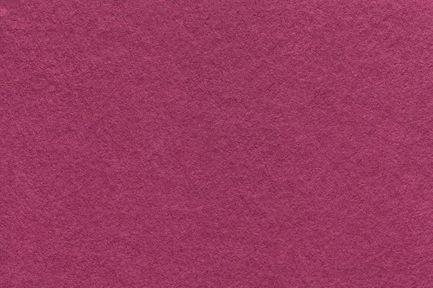 Beschaffenheit des alten purpurroten papierhintergrundes, nahaufnahme. struktur der dichten magentaroten pappe Premium Fotos