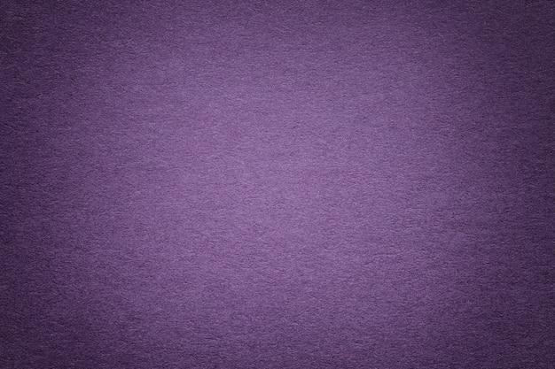 Beschaffenheit des alten violetten papierhintergrundes, nahaufnahme. struktur aus dichter pappe. Premium Fotos