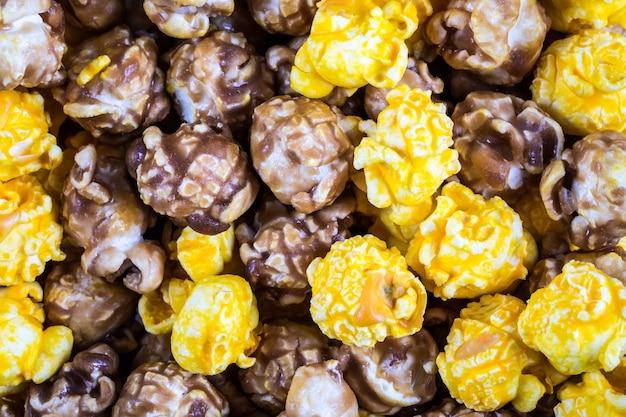 Beschaffenheit des mischkäse- und karamellpopcorns Premium Fotos