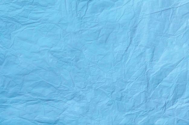 Beschaffenheit des zerknitterten hellblauen packpapiers Premium Fotos
