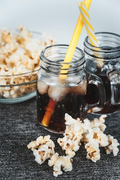 Beschlagene flaschen kolabaum mit eis und frischem kesselmais Premium Fotos