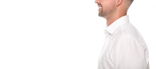 Beschnittene ansicht des lächelnden geschäftsmannes