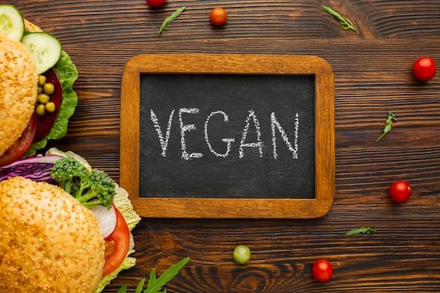 Beschriftung des strengen vegetariers der draufsicht auf tafel mit hölzernem hintergrund Kostenlose Fotos