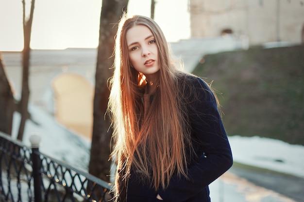 Besorgt Junge Frau Mit Langen Haaren Im Freien Download Der