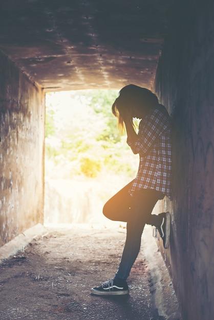 Besorgte junge frau in einem tunnel Kostenlose Fotos