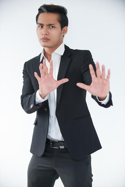 Besorgter manager, der die hände hebt, um konflikte zu vermeiden Kostenlose Fotos