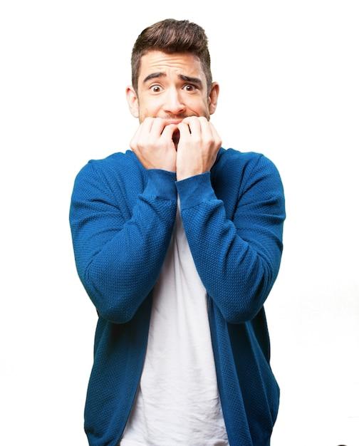 Besorgter mann seine nägel beißen Kostenlose Fotos
