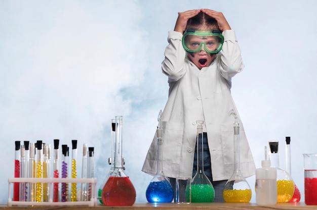 Besorgtes mädchen im wissenschaftslabor Kostenlose Fotos