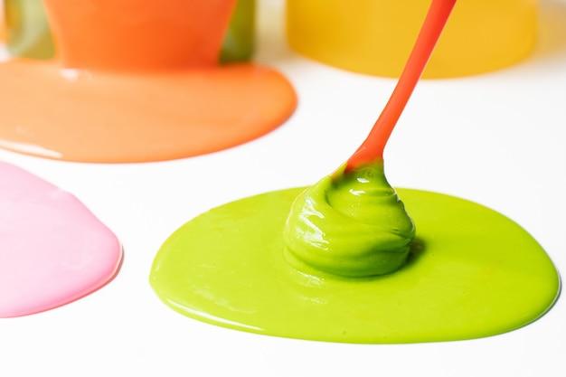 Bestandteil von chemischem schlamm oder von goop. science experiment hausgemachtes spielzeug für kinder. Premium Fotos