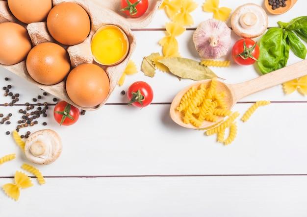 Bestandteile für das kochen von selbst gemachten italienischen teigwaren Kostenlose Fotos