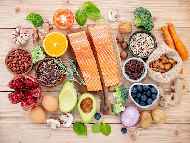Bestandteile für die gesunde nahrungsmittelauswahl gründeten auf hölzernem hintergrund. Premium Fotos