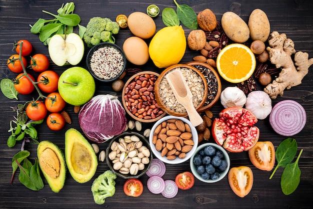 Bestandteile für die gesunde nahrungsmittelauswahl gründeten auf holztisch. Premium Fotos