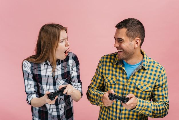 Beste freunde des mittleren schusses, die videospiele spielen Kostenlose Fotos