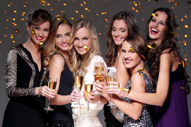Beste freunde, die eine party des neuen jahres haben Kostenlose Fotos