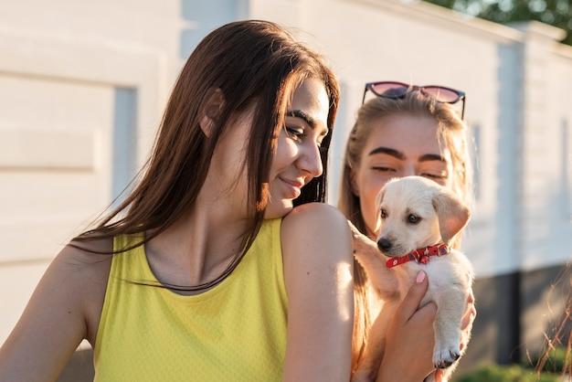 Beste freunde, die kleinen hund halten Kostenlose Fotos