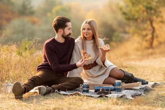 Beste freunde, die zusammen draußen bleiben Kostenlose Fotos