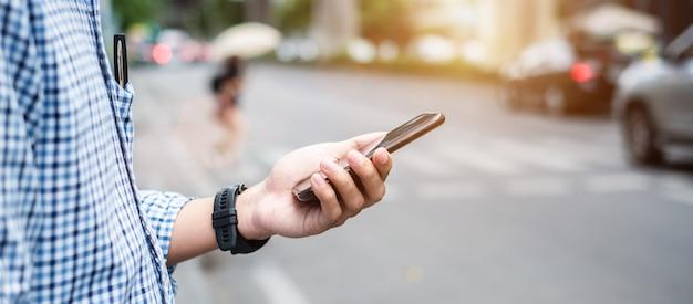 Bestellungstaxi des manntouristen über fahrerhausanwendung auf smartphone Premium Fotos