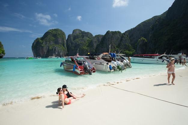 Besucher, die viel sonnenbaden, genießen eine tagesausflug mit dem boot zur maya bay, einem der schönsten strände der provinz phuket in thailand. Premium Fotos