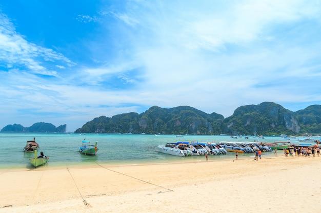 Besucher, die viel sonnenbaden, genießen einen tagesausflug mit dem boot zur kai-insel, einem der schönsten strände in der nähe der phi phi-insel von thailand. Premium Fotos