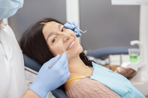 Besuchszahnarzt der älteren frau an der zahnmedizinischen klinik Premium Fotos
