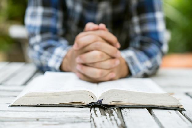 Bete für hände und verschwinde die bibel auf Premium Fotos