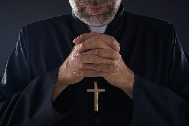 Betendes handpriesterporträt des männlichen pastors Premium Fotos