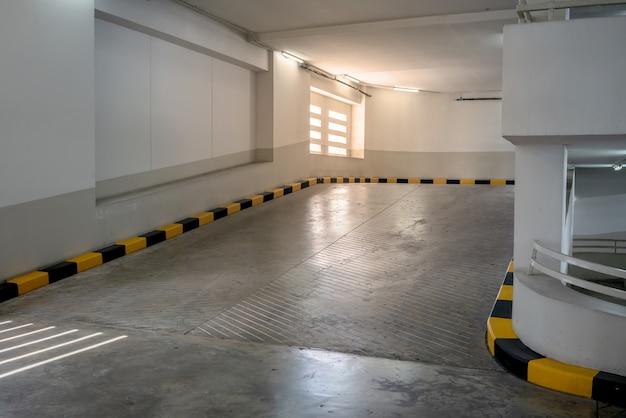 Betonstraße und rampe mit gelber und schwarzer beschränkung im gebäude Premium Fotos