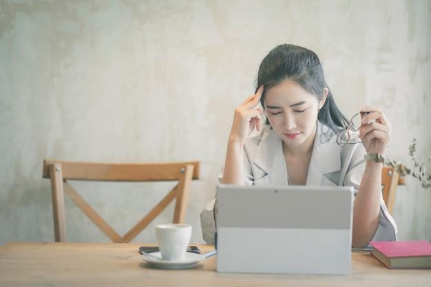 Betonte geschäftsfrau, die im büro arbeitet. Premium Fotos