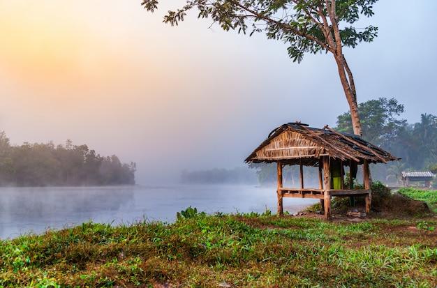 Betrachten sie den sonnenaufgang des wasserflusses mit nebel im morgenlicht Premium Fotos