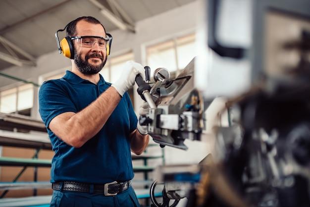 Betriebsbandsäge-schneidemaschine des arbeiters Premium Fotos
