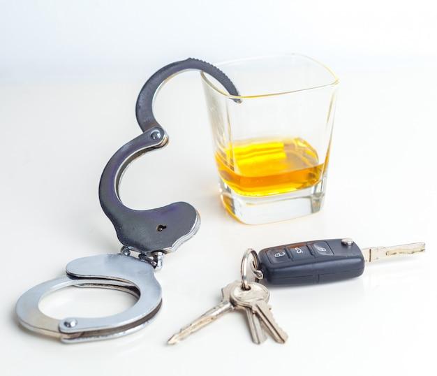 Betrunkenes fahrkonzept - bier, schlüssel und handschellen Premium Fotos