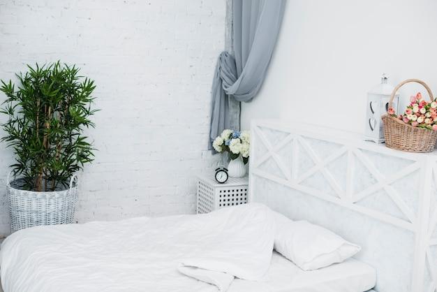 Bett des älteren paares im weißen schlafzimmer Kostenlose Fotos
