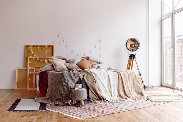 Bett in stilvollem zimmer Premium Fotos
