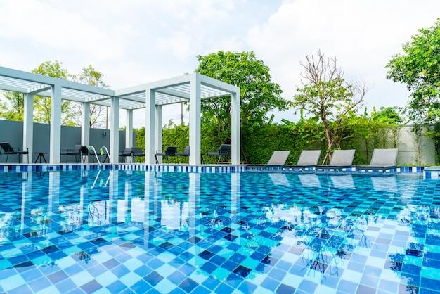 Bett pool mit außenpool im hotel und resort Premium Fotos